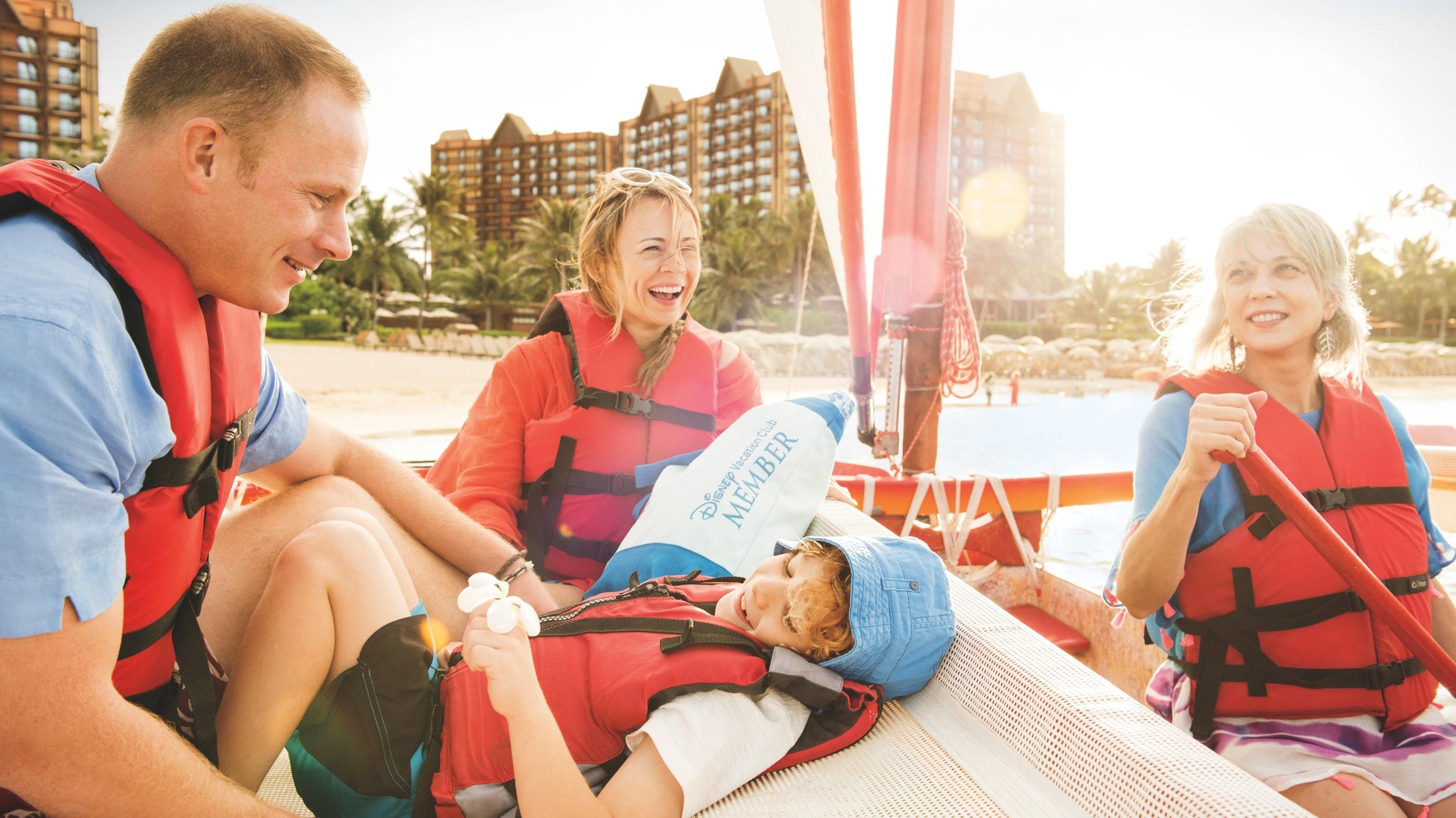 アウラニのラグーンで小さなボートに乗る 4 人連れの家族