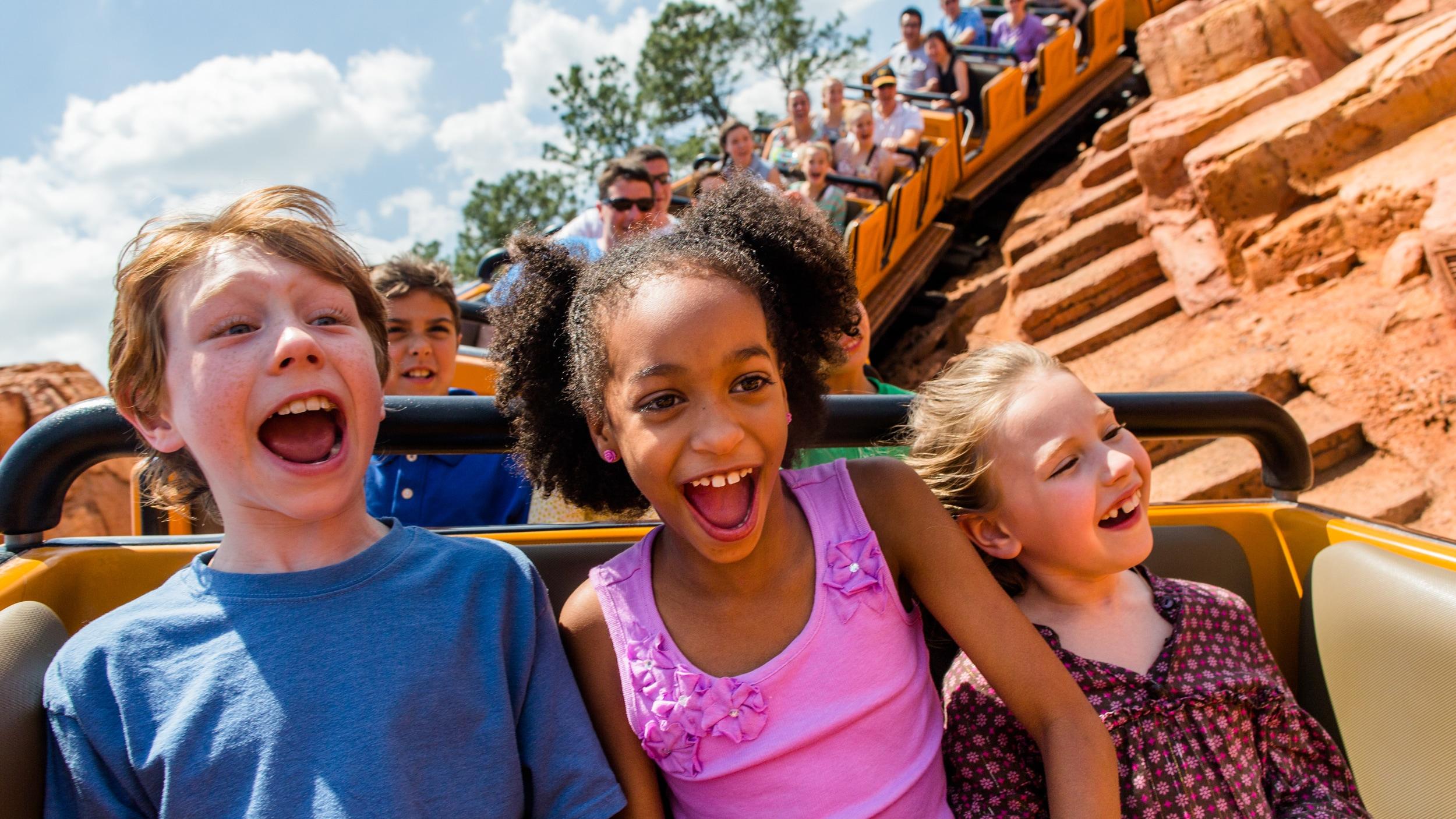 ビッグサンダー・マウンテンの最前列に乗っている 3 人の子供たち