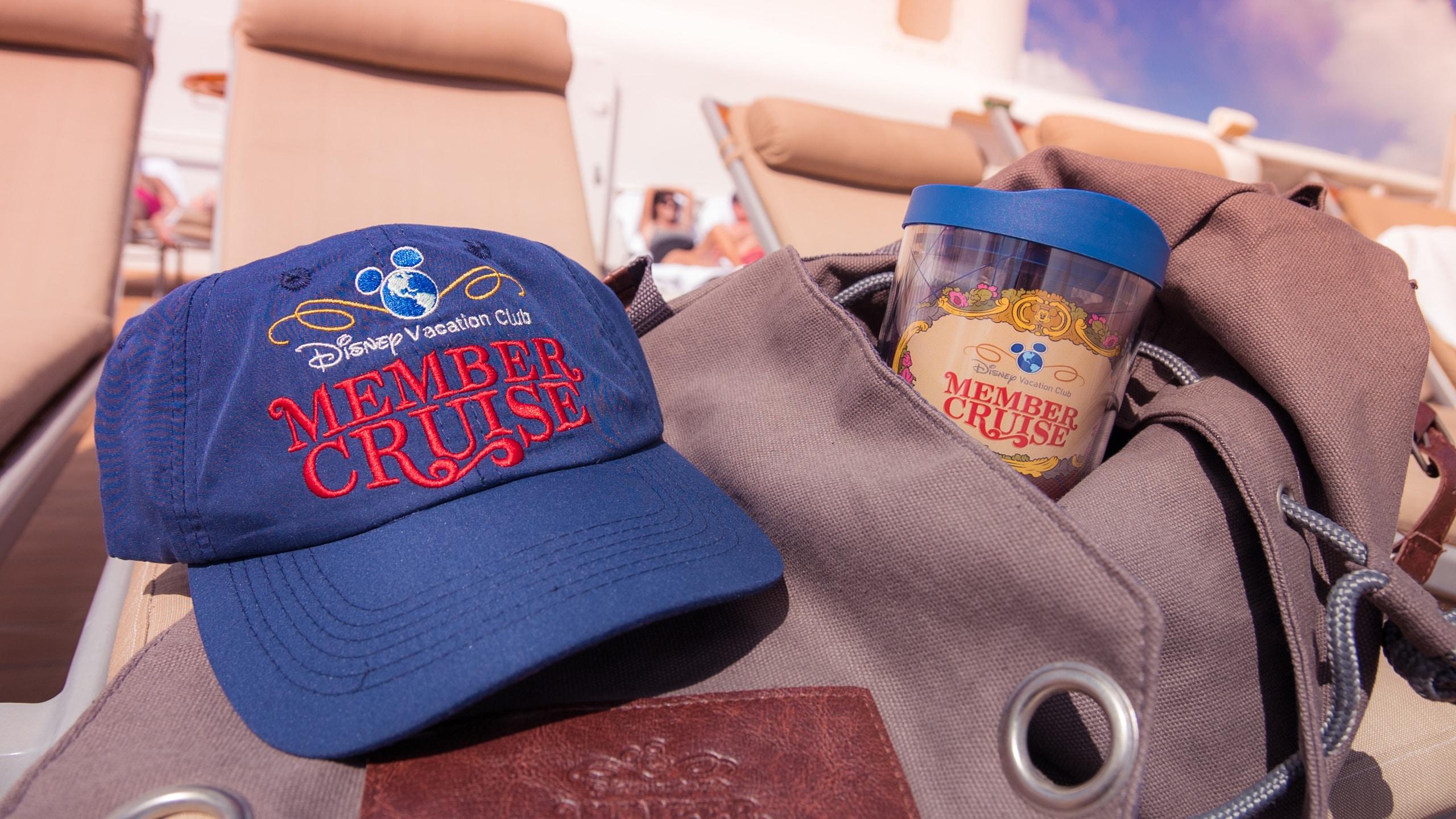 ディズニー・バケーション・クラブ・メンバー・クルーズのロゴが付いたベースボールキャップとタンブラー